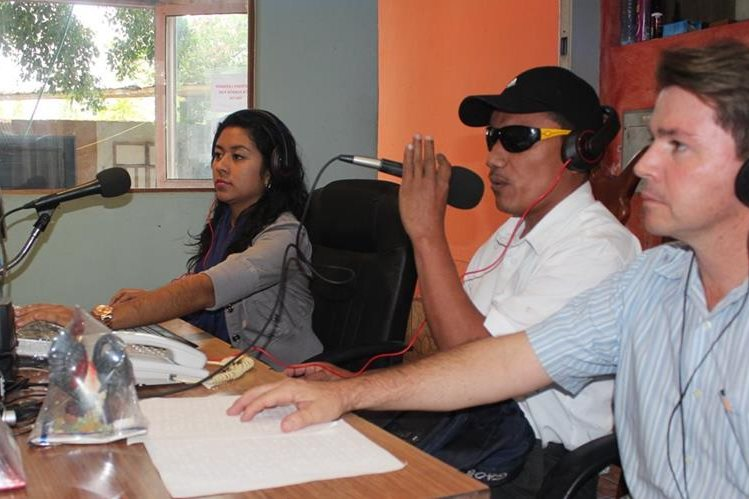 Giovany Ramírez —centro— conduce los jueves y viernes un programa musical en San Benito, Petén. (Foto Prensa Libre: Rigoberto Escobar)