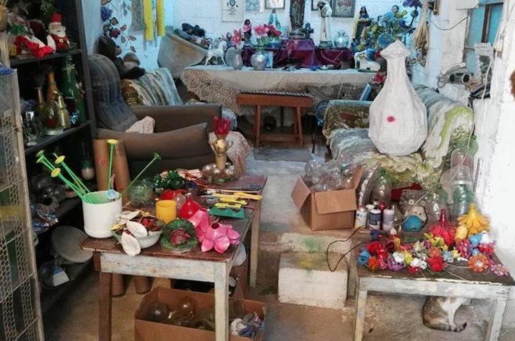 En su vivienda, doña Mati almacena los adornos que fabrica. (Foto Prensa Libre: Hugo Oliva)