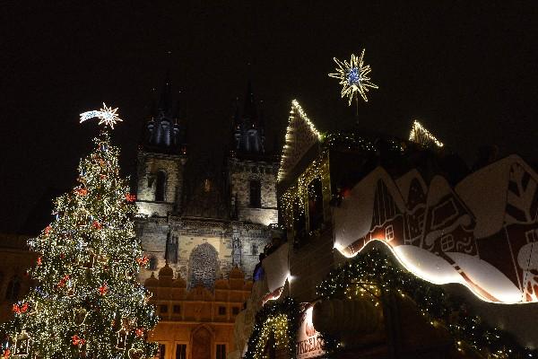 Un árbol de Navidad iluminado y mercado de navideño en la ciudad vieja en Praga.(AP).