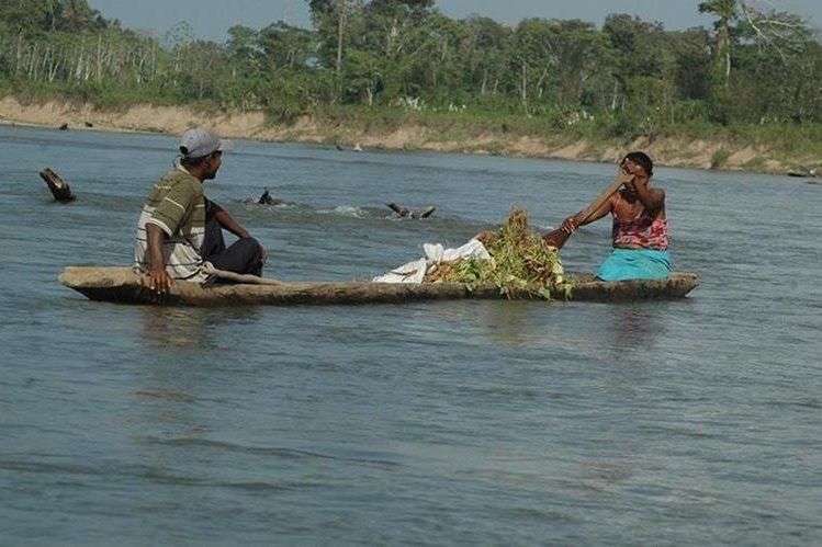 Dos comunitarios miskitos en una embarcación navegan sobre el río Coco. (Foto: El Nuevo Diario)