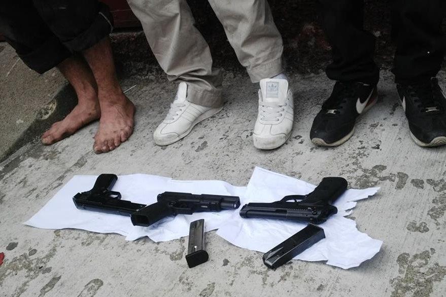 Las tres armas y cargadores incautados a los supuestos atacantes. (Foto Prensa Libre: PNC)