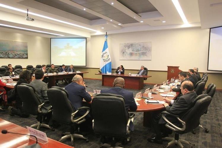 El presidente Jimmy Morales con su Gabinete este lunes en Casa Presidencial. (Foto Prensa Libre: Esbin García)