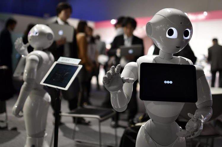 Pepper es capaz de comunicarse e interpretar emociones humanas (Foto Prensa Libre: EFE).