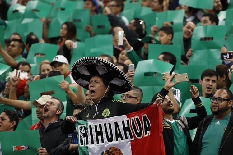 A los 10 minutos del partido, un sector de los aficionados mexicanos en el estadio Azteca lanzaron un grito homófobico al portero tico Keylor Navas. (Foto Prensa Libre: AP)