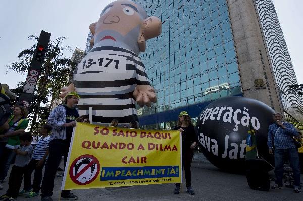 Manifestantes protestan contra el gobierno del Dilma Rousseff.