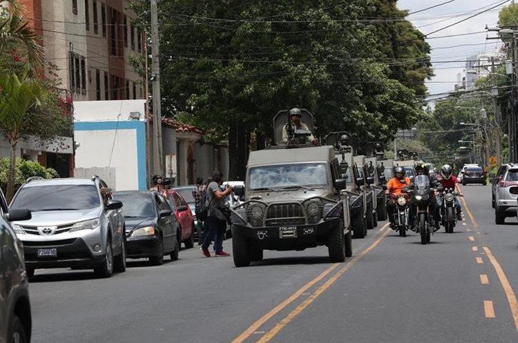 Personas reportaron el paso de estos vehículos frente a la sede de la Comisión Internacional Contra la Impunidad en Guatemala, CICIG, en varias ocasiones.