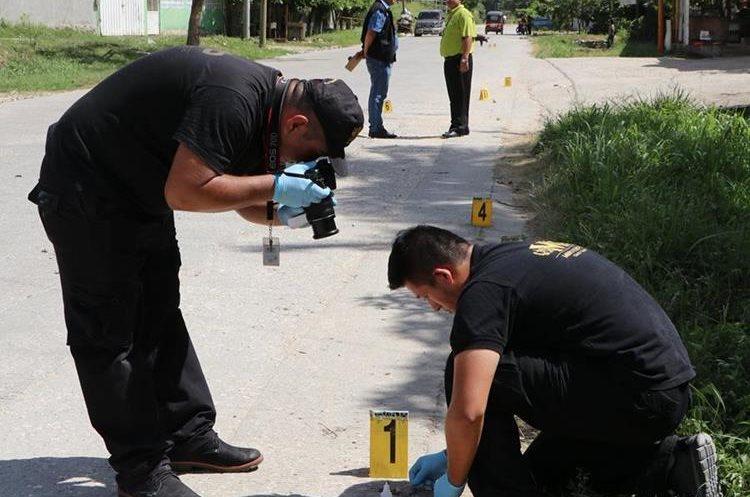 En el lugar se hallaron unos 20 casquillos de diferente calibre. (Foto Prensa Libre: Rigoberto Escobar)