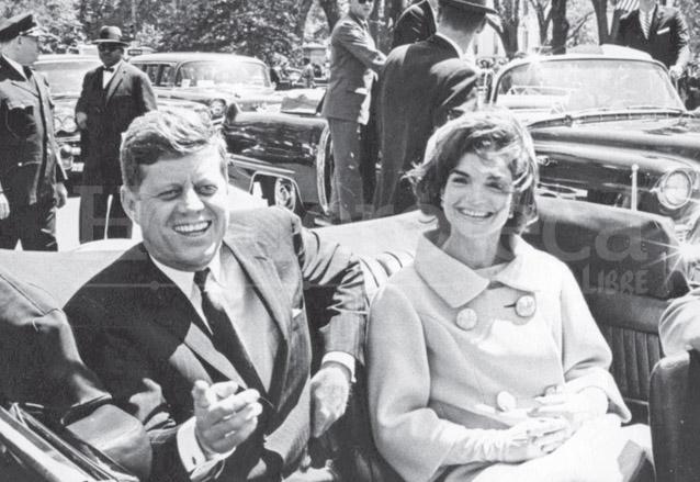 La pareja presidencial Kennedy minutos antes de iniciar el mortal desfile el 22 de noviembre de 1963. (Foto: Hemeroteca PL)