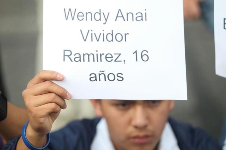 Nombres de algunas víctimas se mostraron en pancartas