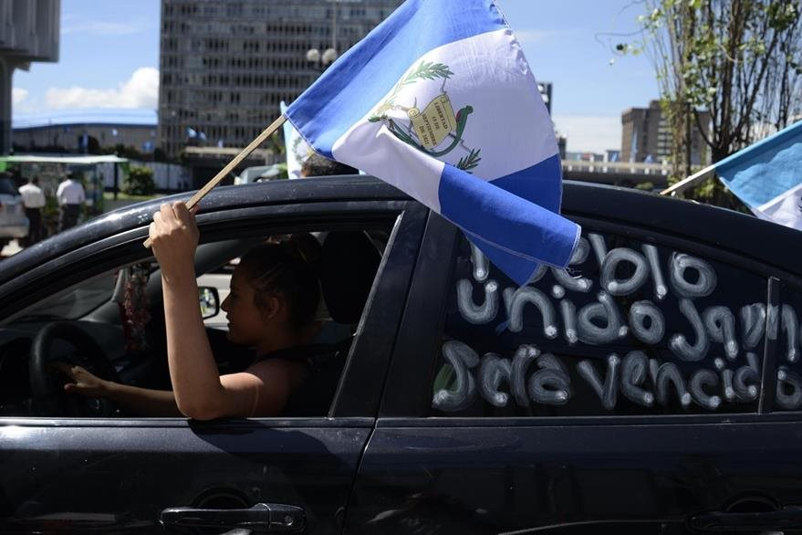 Guatemaltecos celebran la renuncia de Otto Pérez Molina. (Foto Prensa Libre: AFP)