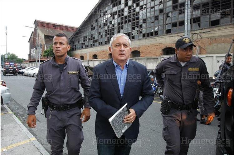 Otto Perez Molina ingresa a torre de tribunales para la continuación de la audiencia de primera declaración de 57 implicados en corrupción, caso Cooptación del Estado, el 28/6/2016. (Foto: Hemeroteca PL)