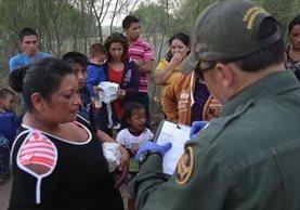 Indocumentados centroamericanos dan información a las autoridedes inmigración de EE.UU. (AP).