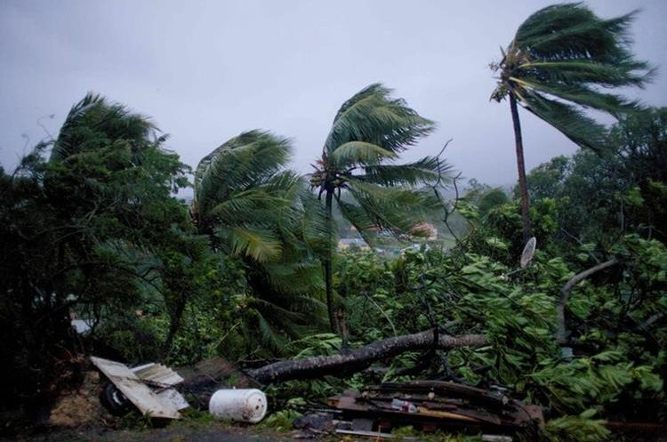 Fuertes vientos y las lluvias del huracán María azotan la ciudad de Petit-Bourg en la isla francesa caribeña de Guadalupe.(AFP).