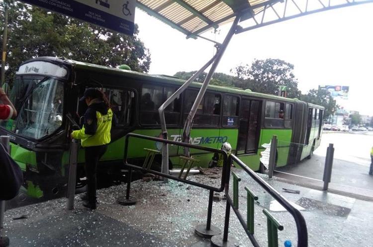 Transmetro colisionó contra infraestructura de estación El Trébol. (Foto Prensa Libre: Pampichí News)