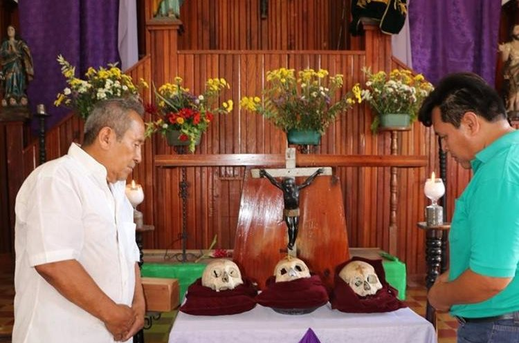 Cada año cientos de fieles católicos llegan a la iglesia de San José a exponer sus necesidades a las Santas Calaveras. (Foto Prensa Libre: Rigoberto Escobar)