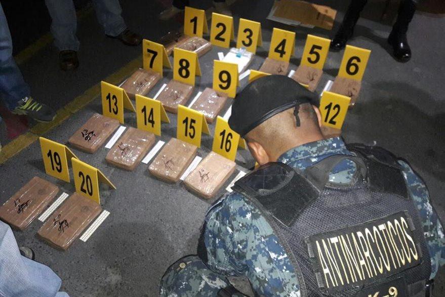 Un agente de la PNC efectúa pruebas en droga localizada en un centro comercial de Xela.(Foto Prensa Libre: PNC)
