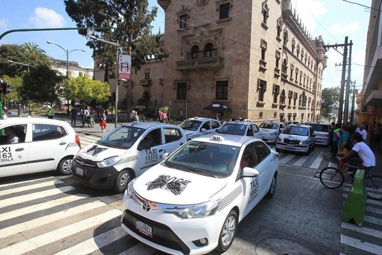 La caravana de taxistas pasó frente al Ministerio de Gobernación para exigir protección(Foto Prensa Libre:Estuardo Paredes)