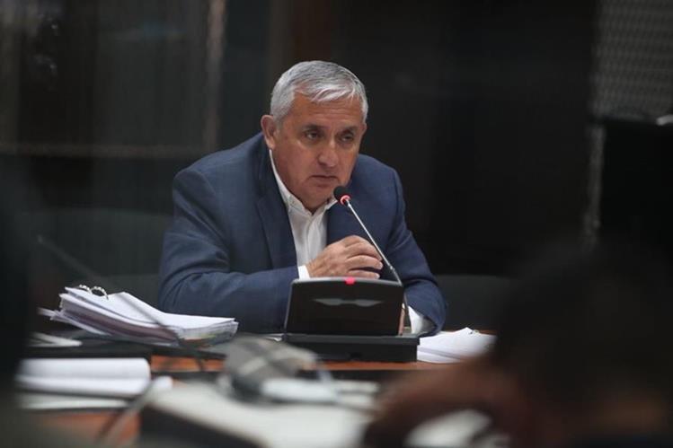 Otto Pérez Molina se dirige al juez Miguel Ángel Gálvez, quien tiene a su cargo los casos de corrupción en los que el expresidente es señalado. (Foto Prensa Libre: Paulo Raquec)
