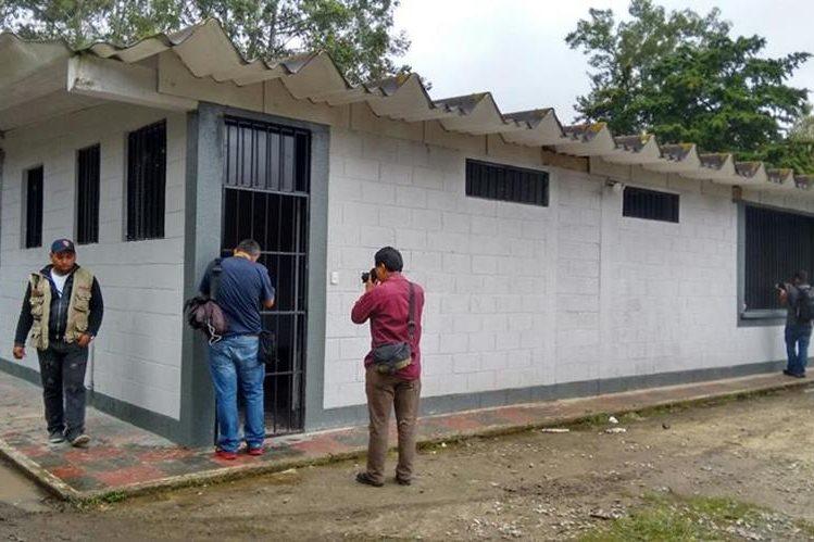 Fotógrafos de prensa captan imágenes de uno de los módulos de la cárcel en Mariscal Zavala. (Foto Prensa Libre: Paulo Raquec)