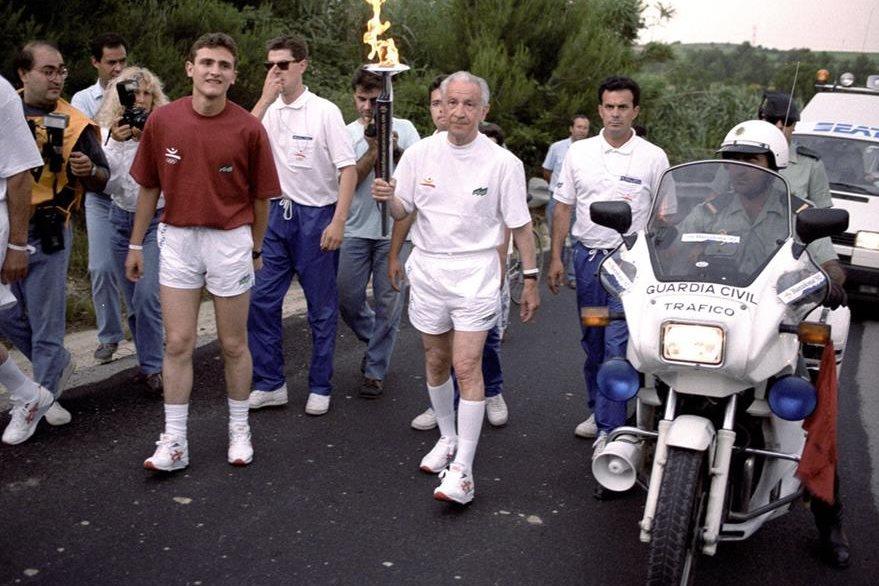 En 1992, los Olímpicos llegaron a Barcelona, su ciudad natal, algo que siempre soñó. En la foto porta la antorcha olímpica en  su trayecto por España. (Foto: EFE)