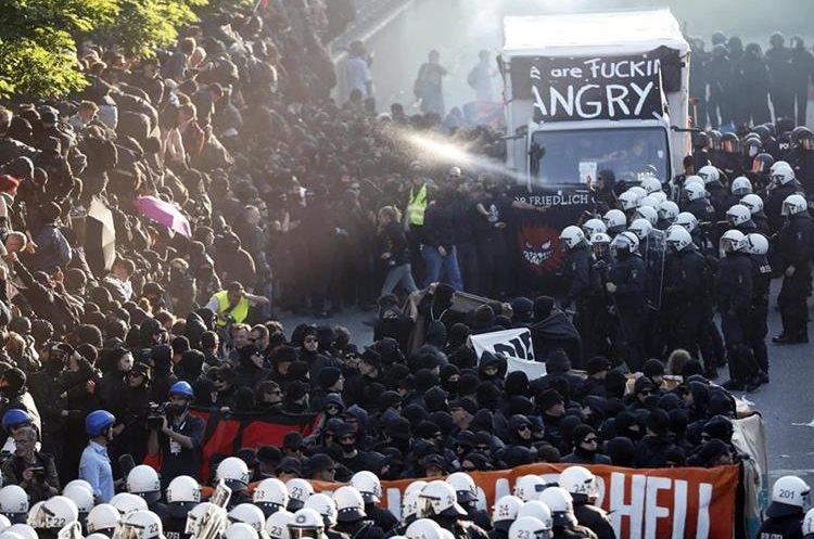 La Policía emplea agua para disolver la manifestación en Hamburgo, Alemania. (Foto Prensa Libre: EFE)