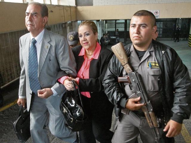 Blanca Stalling junto a su abogado Marco Antonio Rossell. (Foto Prensa Libre: Archivo)