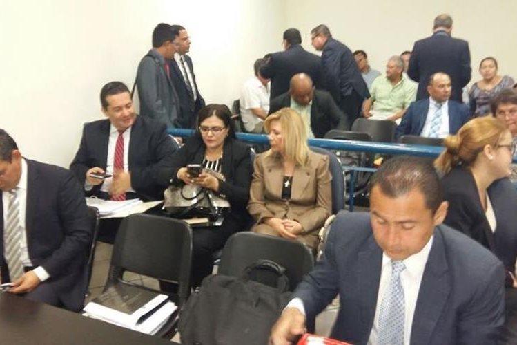 Ana Ligia de Saca (centro de beige), durante la audiencia judicial que enfrentó este lunes. LPG