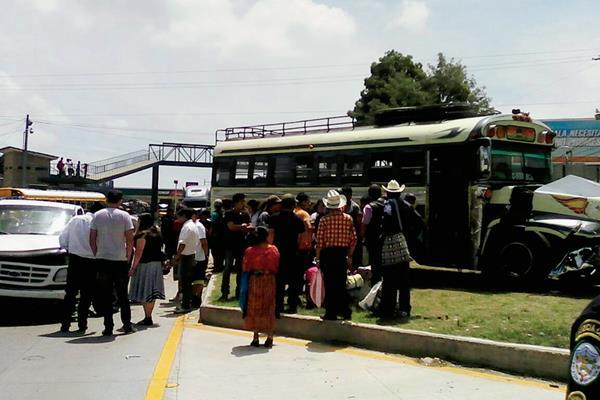 Bomberos Municipales  Departamentales atendieron el percance en el km 64 de la carretera Interamericana, Zaragoza, Chimaltenango. (Foto Prensa Libre: José Rosales)