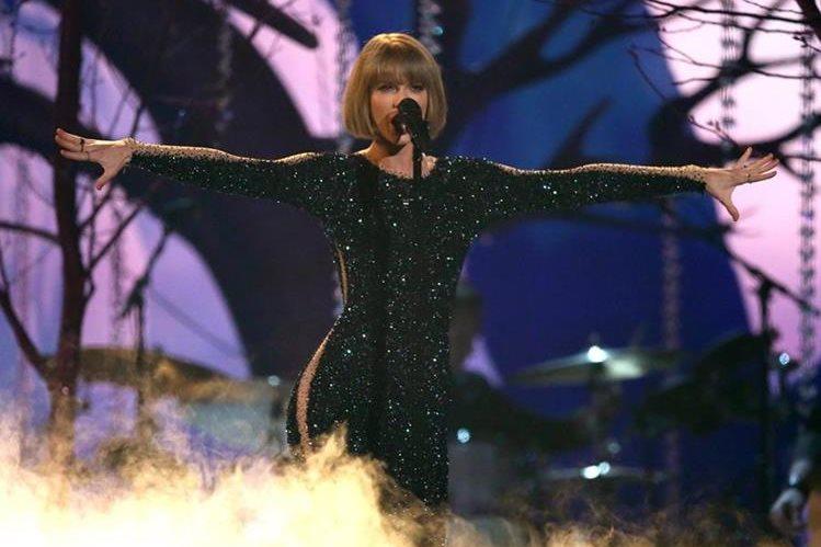 Taylor Swift se encargó de abrir la entrega de premios. (Foto Prensa Libre: AP)