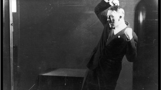 Hitler ensayaba sus gestos frente al espejo antes de sus apariciones públicas. GETTY IMAGES