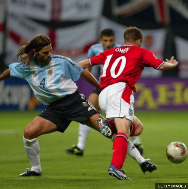 Antes de llegar a la Premier, Pochettino era recordado por esta jugada en el Mundial de 2002, que el árbitro señaló como penalti y definió el partido a favor de los ingleses. (Foto Prensa Libre: BBC Mundo)