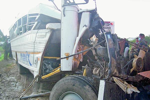 Al menos nueve obreros murieron en un choque entre un autobús y un camión enTamaulipas, México.