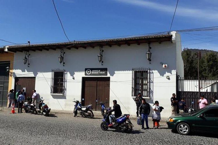 En horas de la mañana de este domingo, agentes de la PNC confirmaron que desconocidos pretendían abrir un boquete en un banco. (Foto Prensa Libre: Renato Melgar)