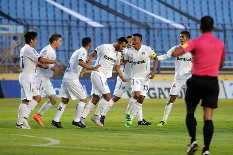 Los jugadores de Comunicaciones festejan la anotación de Édgar Chinchilla. (Foto Prensa Libre: Jeniffer Gómez)