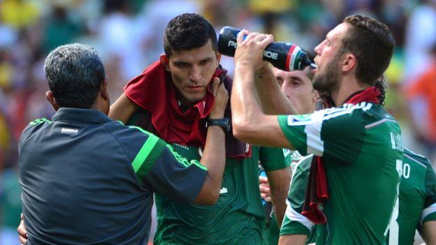 En el partido entre México y Holanda de Brasil 2014 se detuvo el partido para que los jugadores se pudieran refrescar. (Getty Images)