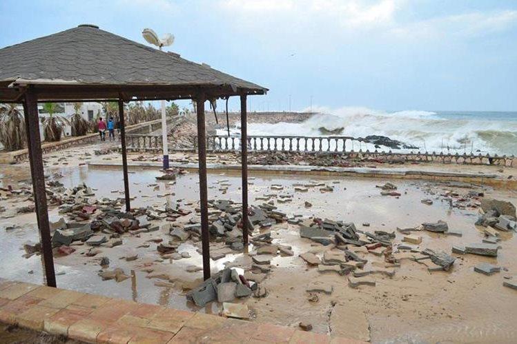 """Un inmueble luce dañado por el paso del ciclón """"Chapala"""". (Foto Prensa Libre: AP)."""