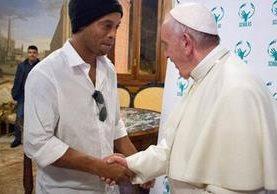 Ronaldinho saluda al papa Francisco a su llega al Vaticano en su visita a Roma. (Foto Prensa Libre: Internet)