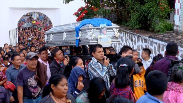 Un grupo de hombres carga el ataúd con el cuerpo del niño Absalón, en la entrada al cementerio municipal de Chichicastenango. El entierro tuvo lugar el 20 de octubre de 2017 y fue multitudinario. (Foto Cortesía Canal 4 Chichi).