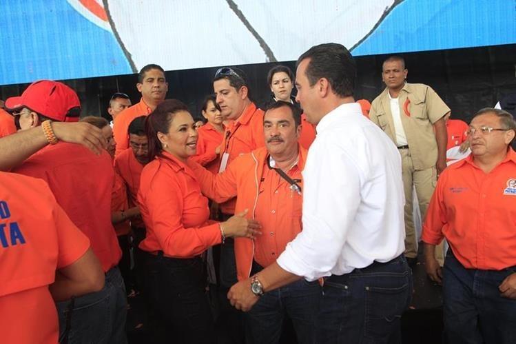 La ex vicepresidenta Roxana Baldetti, durante una actividad en la Plaza de la Constitución junto a Alejandro Sinibaldi, excandidato a la presidencia.(Foto Prensa Libre: Hemeroteca PL)