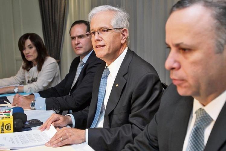 Roberto Fuentes -al centro-, acompañado de Juan Rivera -izquierda- y Édgar Bran, de la AEMPG.