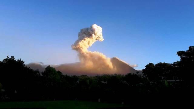 El Volcán Santiaguito sigue en erupción y atemoriza con explosiones moderadas. (Foto Prensa Libre: Jorge Tizol)