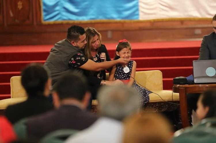 El llanto fue la primera reacción de  Asley Galdámez después de escuchar por primera vez gracias a un implante coclear. (Foto Prensa Libre: Érick Ávila).