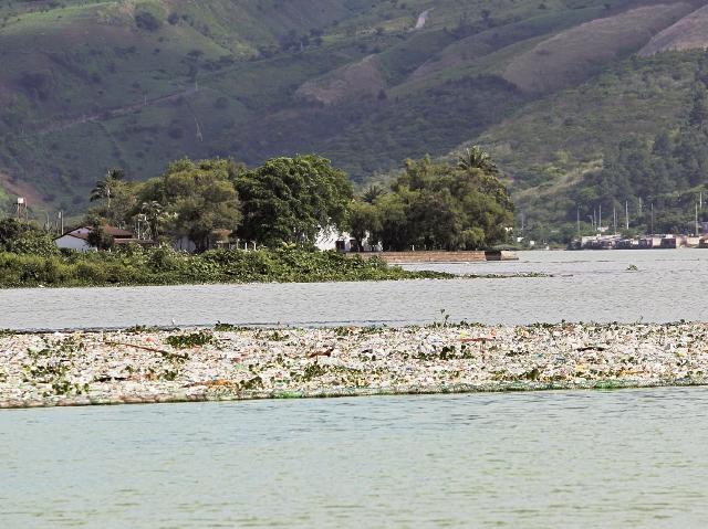 el río  Villalobos es uno de los principales contaminantes del Lago de Amatitlán. Arrastra aguas servidas de la cuenca sur capitalina. (Foto Prensa Libre: Hemeroteca PL)
