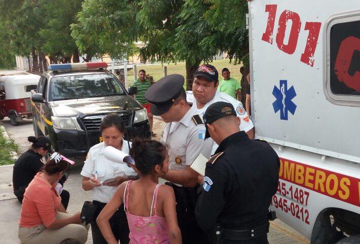 Una de las niñas rescatadas brinda declaraciones a los agentes de la PNC y socorristas. (Foto Prensa Libre: Hugo Oliva)