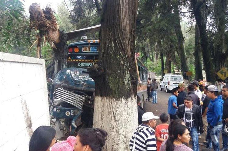 Socorristas atienden a personas heridas en choque ocurrido en el km 56 de la ruta entre Chimaltenango y Parramos. (Foto Prensa Libre: Víctor Chamalé)