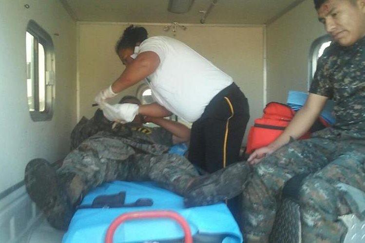 Dos soldados quedaron heridos en accidente en La Libertad, Petén. (Foto Prensa Libre: Cortesía)