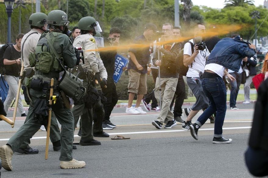 Policías lanzan gas pimienta contra manifestantes antiTrump. (AP)