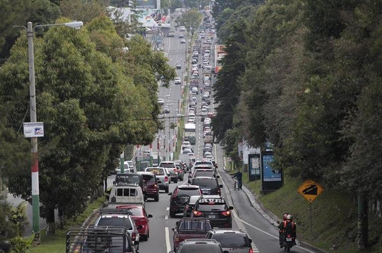 Una fila de vehículos en la carretera a El Salvador. (Foto Prensa Libre: Hemeroteca PL)