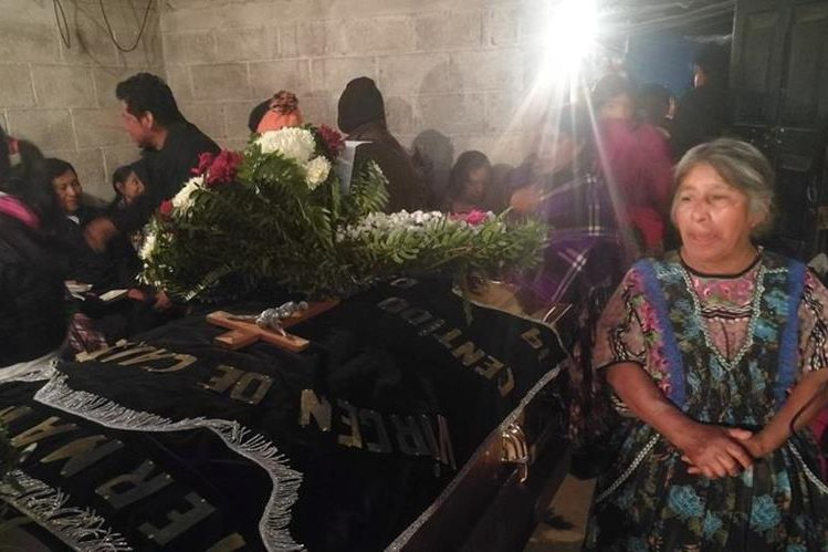 Familiares y amigos durante el velatorio de Miguel Poz, quien murió en un accidente de tránsito en Los Ángeles, EE. UU. (Foto Prensa Libre: Fred Rivera)