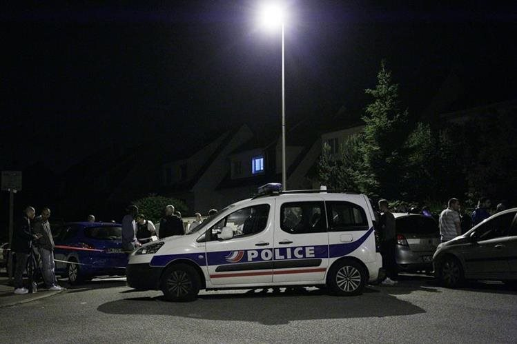 La Policía rodea el lugar donde el hombre se atrincheró luego de matar a un agente en las afueras de París. (Foto Prensa Libre: AFP).